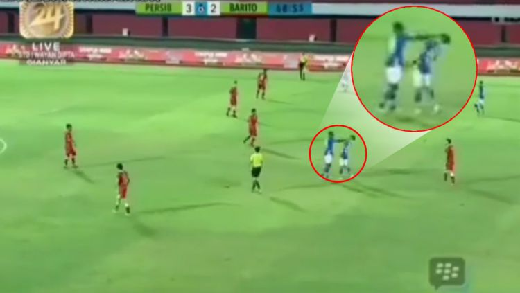 Ezechiel N'Douassel pukul kepala Jonathan Bauman Copyright: © Instagram@sepakbola.indonesian