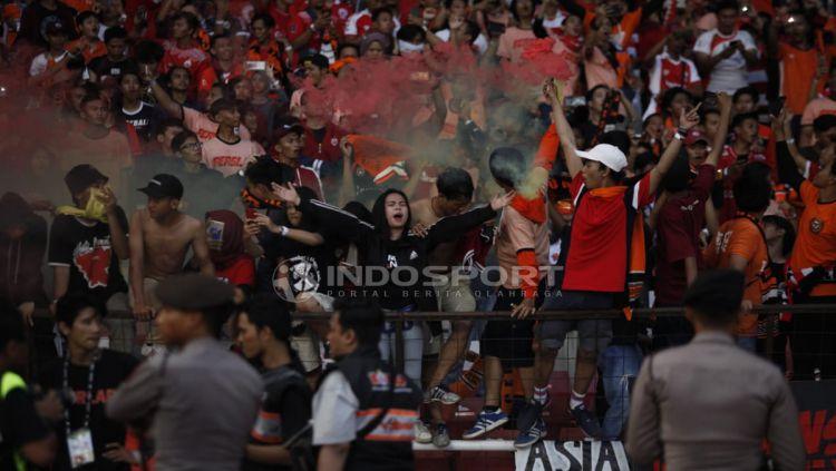 Suporter Persija Jakarta ikut juga merayakan kemenangan tim kesayangannya. Copyright: © Herry Ibrahim/Indosport.com