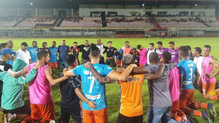 Skuat Perseru Serui saat mengucap syukur usai memastikan bertahan di Liga 1 musim depan. Copyright: © Sudjarwo/Indosport.com
