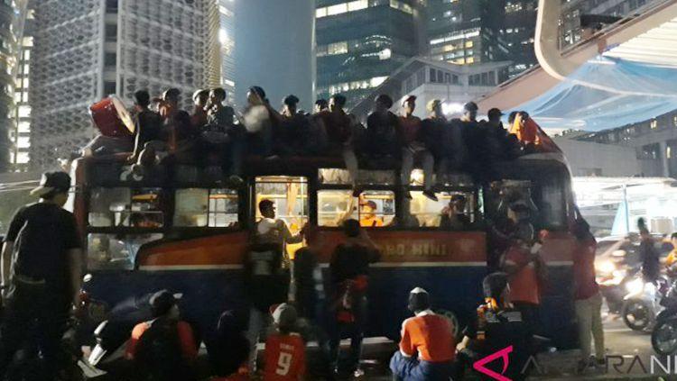 Jakmania naik bus Metro Mini Copyright: © Antara