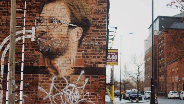Penampakan mural Jurgen Klopp di kota Liverpool. Copyright: © Twitter @baltictriangle