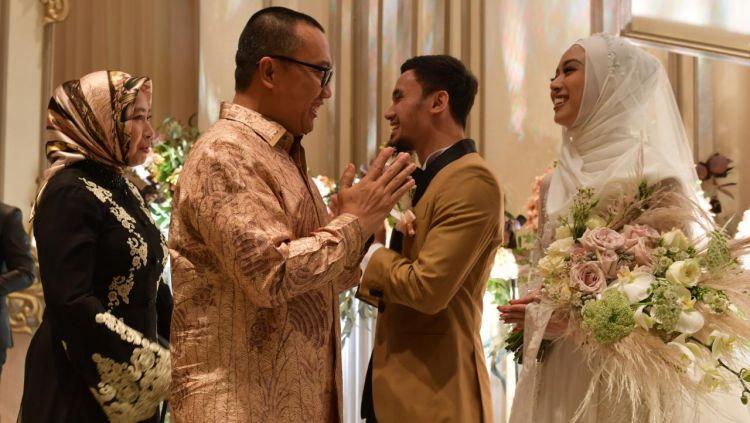 Pernikahan dua atlet wushu Indonesia, Lindswell Kwok dan Achmad Hulaefi ternyata dihadiri Imam Nahrawi. Copyright: © Humas Kemenpora