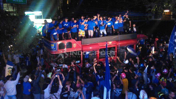 Persib U-16 merayakan gelar juara kompetisi Elite Pro Academy PSSI U-16 bersama ribuan Bobotoh di Graha Persib, Jalan Sulanjana, Kota Bandung, Senin (10/12/2018). Copyright: © Arif Rahman/Indosport.com