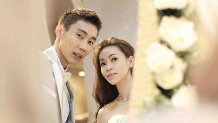 Lee Chong Wei bersama sang istri yang juga eks atlet bulutangkis Malaysia, Wong Mew Choo. Copyright: © Twitter @badmintonupdate