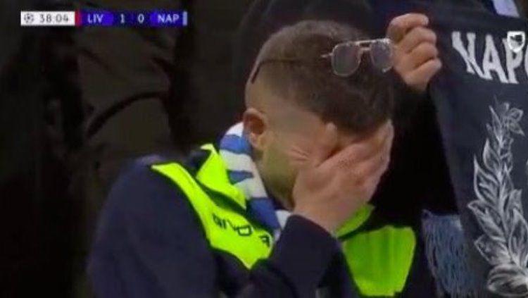 Seorang penggemar Napoli tertangkap kamera setelah gol Mohamed Salah. Copyright: © CaughtOffside