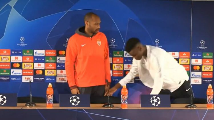 Henry marah dengan pemain mudanya yang lupa bereskan kursi. Copyright: © Twitter