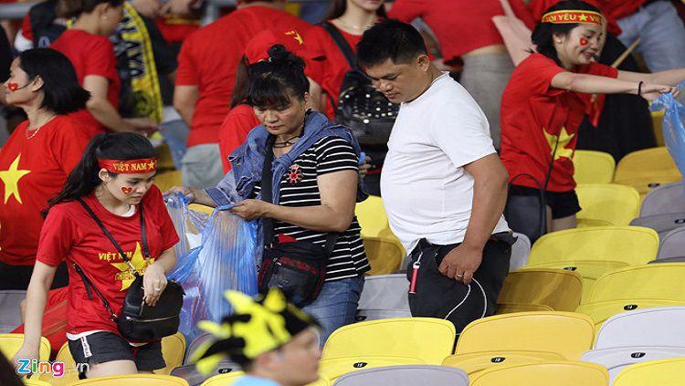 Suporter Vietnam membersihkan sampah di Stadion Bukit jalil, Malaysia. Copyright: © zing.vn
