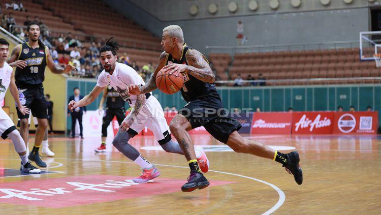 Brandon Jawato dipuji pelatih Timnas Basket Indonesia, Rajko Toroman, saat mengikuti latihan di Britama Arena Mahaka Square, Kelapa Gading, pada Senin (16/09/19) kemarin. Copyright: © Fitra Herdian/Indosport.com
