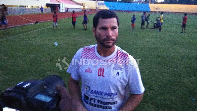 Pelatih Persipura Jayapura, Oswaldo Lessa usai mendampingi timnya berlatih beberapa waktu lalu. Copyright: © Sudjarwo/INDOSPORT