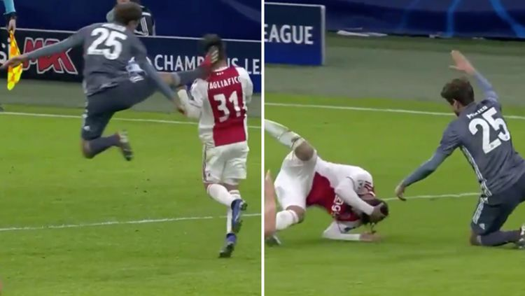 Thomas Muller nendang kepala pemain Ajax Copyright: © sportbible
