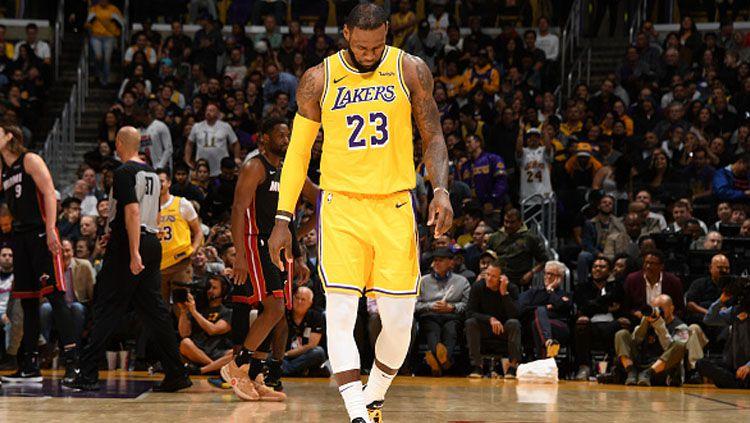 LeBron James, pemain megabintang LA Lakers tertunduk lesu usai timnya kalah dari Houston Rockets beberapa waktu lalu. Copyright: © Getty Images