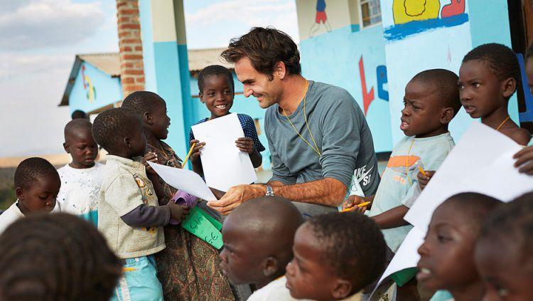 Roger Federer saat mengunjungi Malawi, Afrika Timur. Copyright: © Jens Honore