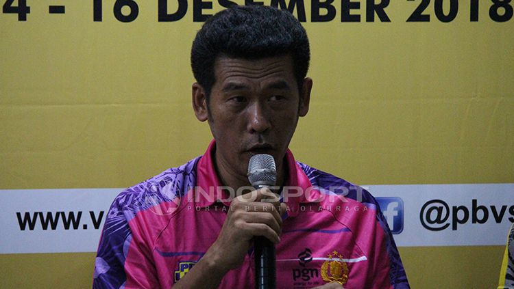 Pelatih Jakarta PGN Popsivo asal Thailand Chaman Dokmai saat konfrensi pers. Copyright: © Fitra Herdian/INDOSPORT