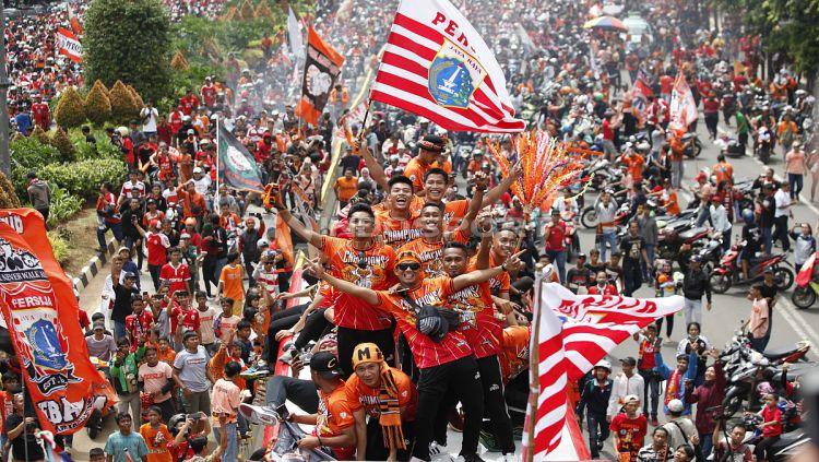 Aksi Pemain Persija Jakarta di konvoi Juara Liga 1 2018. Copyright: © Indosport/ Herry Ibrahim