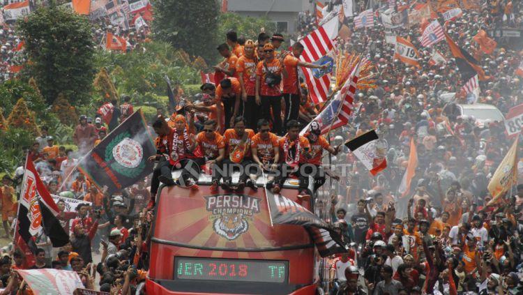 Aksi Pemain Persija Jakarta dan Jakmania konvoi setelah menjuarai Liga 1 2018. Copyright: © Muhammad Nabil/Indosport.com