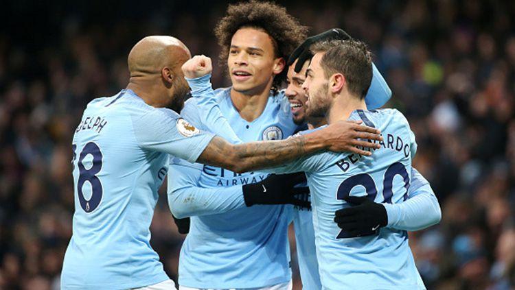 Gabriel Jesus merayakan gol pertamanya bersama teman setimnya setelah menjebol gawang Everton. Copyright: © Getty Images