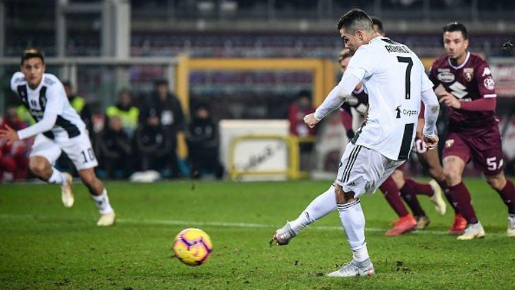 Cristiano Ronaldo saat melakukan tendangan penalti lawan Torino. Copyright: © Getty Images