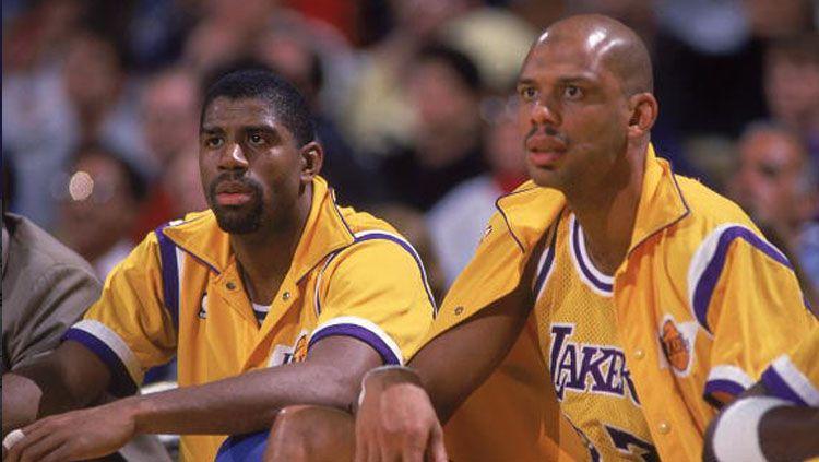 2 legenda LA Lakers, Magic Johnson (kiri) dan Kareem Abdul-Jabbar saat masih aktif bermain. Copyright: © Getty Images