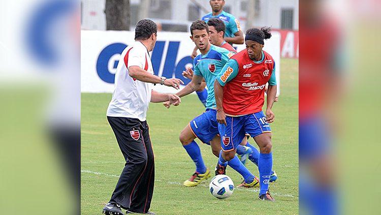 Vitor Saba saat berhadapan dengan Ronaldinho. Copyright: © INstagram.com/vitorsaba