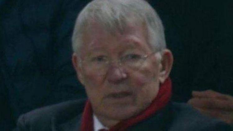 Sir Alex Ferguson tampak sedih melihat Manchester United dibantai Liverpool. Copyright: © The Sun