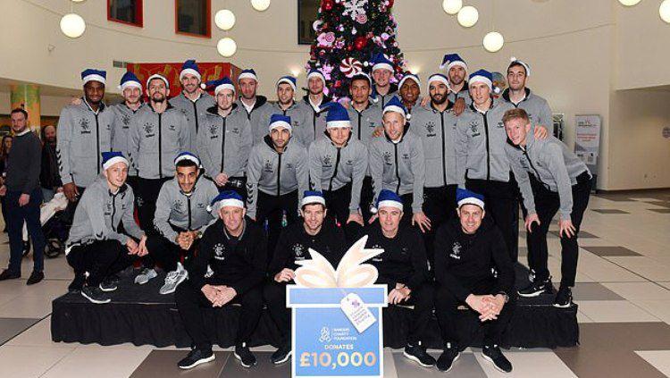 Steven Gerrard bersama Skuat Rangers Mengunjungi Rumah Sakit di Skotlandia Copyright: © Daily Mail