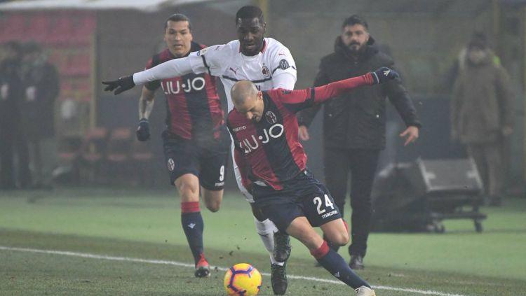 Pemain Bologna dan AC Milan berjibaku amankan bola di pekan ke-17 Liga Italia, Rabu (19/12/18). Copyright: © twitter.com/BolognaFC1909en