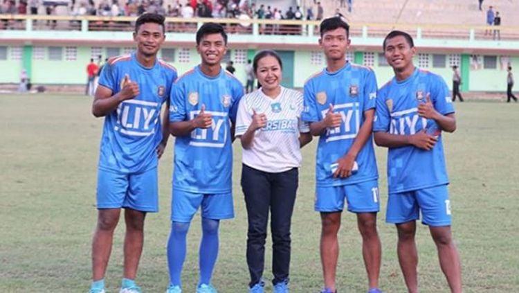 Lasmi Indaryani bersama empat pemain Persibara Banjarnegara. Copyright: © Lasmi Indaryani