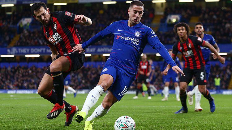 Eden Hazard mencoba menjaga penguasaan bola. Copyright: © Jordan Mansfield/Getty Images