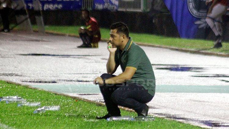 Pelatih Badak Lampung FC, Jan Saragih. Copyright: © Ronald Seger Prabowo/INDOSPORT