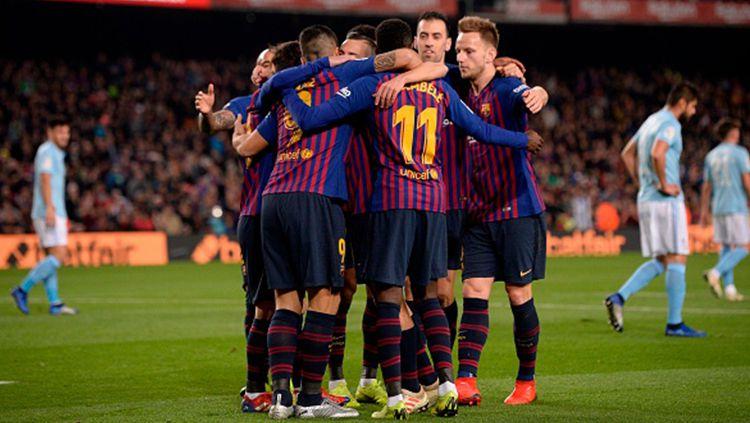 Ousmane Dembele berselebrasi bersama pemain Barcelona usai mencetak gol. Copyright: © JOSEP LAGO/AFP/Getty Images