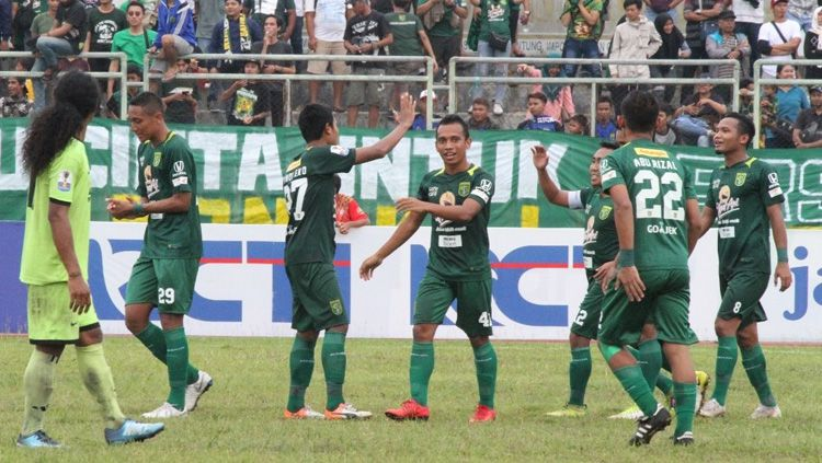 Para pemain Persebaya Surabaya merayakan kemenangan atas PSKT Sumbawa di Piala Indonesia 2018/2019, Minggu (23/12/18). Copyright: © Media Persebaya