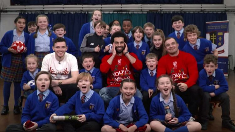 Mohamed Salah, Andy Robertson dan Xherdan Shaqiri memberi kejutan natal ke anak sekolah Merseyside Copyright: © LFCTV