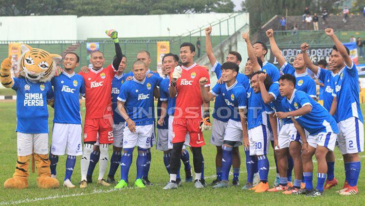 Tantan foto bersama skuat Persib Bandung di Stadion Siliwangi, Kota Bandung. Copyright: © Arif Rahman/INDOSPORT