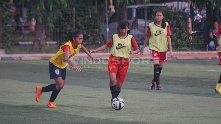 Seleksi tim sepak bola perempuan Provinsi Jakarta untuk persiapan PON XX/2020 di Papua sedang dilangsungkan. Copyright: © Muhamad Nabil/INDOSPORT