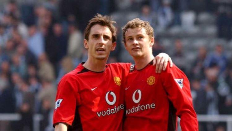 Gary Neville dan Ole Gunnar Solskjaer ketika masih menjadi pemain Manchester United. Copyright: © Getty Images