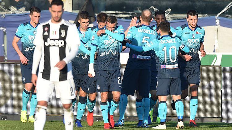 Para pemain Atalanta berselebrasi seusai Duvan Zapata mencetak gol ke gawang Juventus. Copyright: © Tullio M. Puglia/Getty Images