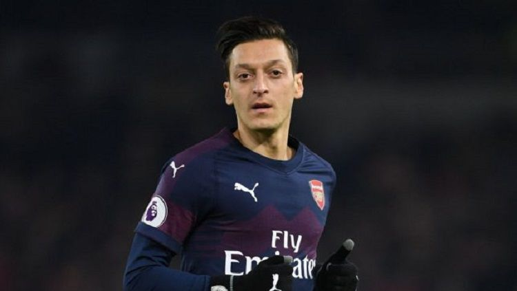 Mesut Ozil sempat melakukan aksi tengil dalam laga Valencia vs Arsenal di leg kedua semifinal Liga Europa 2018/19. Copyright: © Metro