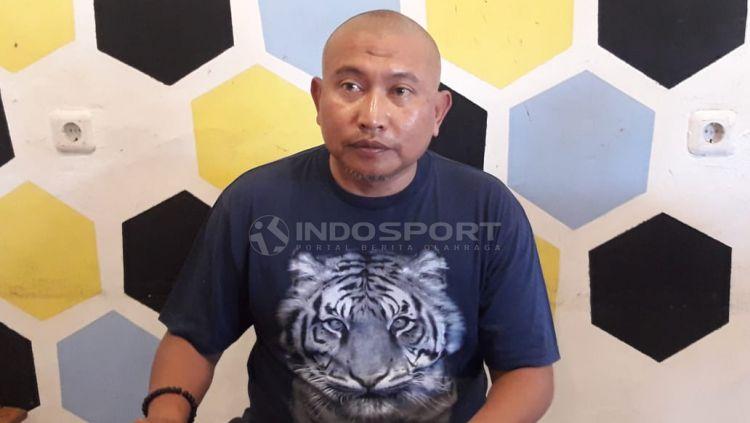 Bambang Suryo menilai sanksi seumur hidup dari Komdis PSSI sebagai dagelan bola versi baru. Lantaran menjatuhkan sanksi serupa dgn berbeda kasusnya. Copyright: © Ian Setiawan/Indosport.com