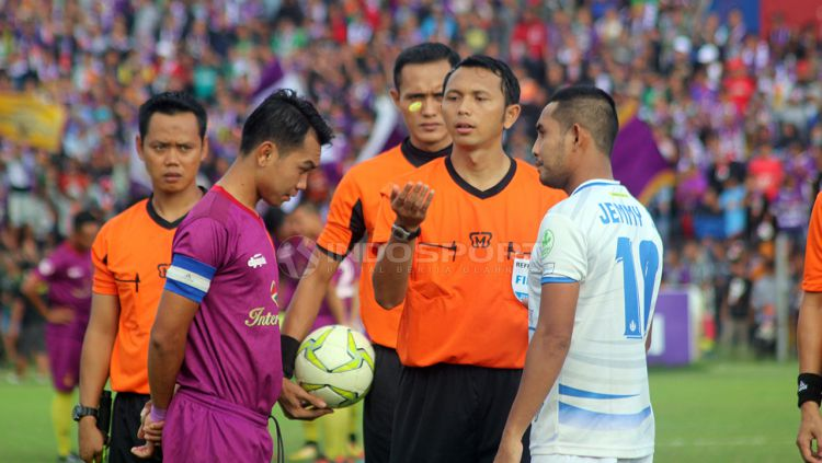 Ilustrasi wasit. Copyright: © Ronald Seger Prabowo/Indosport.com