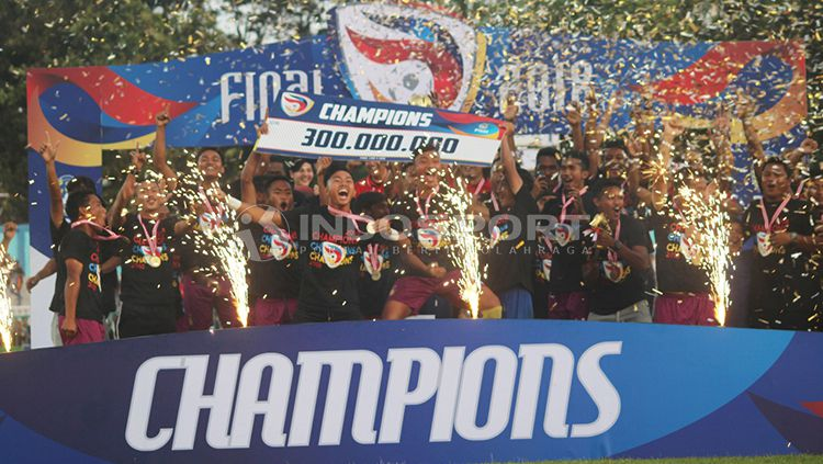 Persik Kediri merayakan kemenangan mereka sebagai juara Liga 3. Copyright: © INDOSPORT/Ronald Seger Prabowo