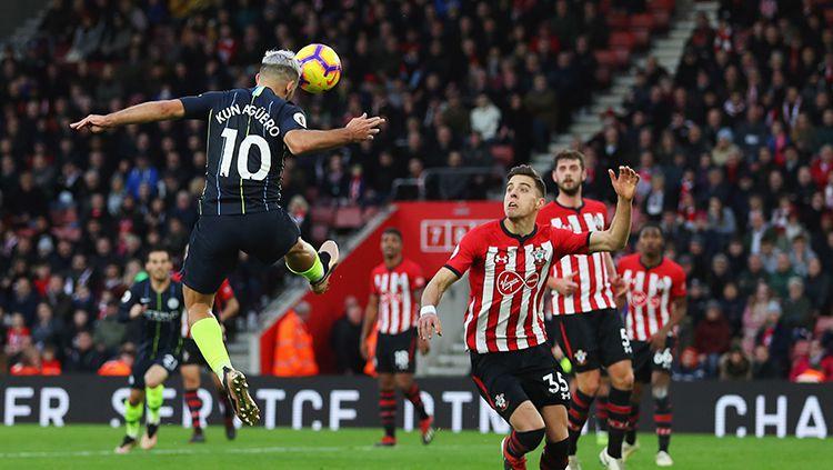 Sergio Kun Aguero saat mencetak gol ke gawang Southampton melalui sundulan. Copyright: © Getty Images