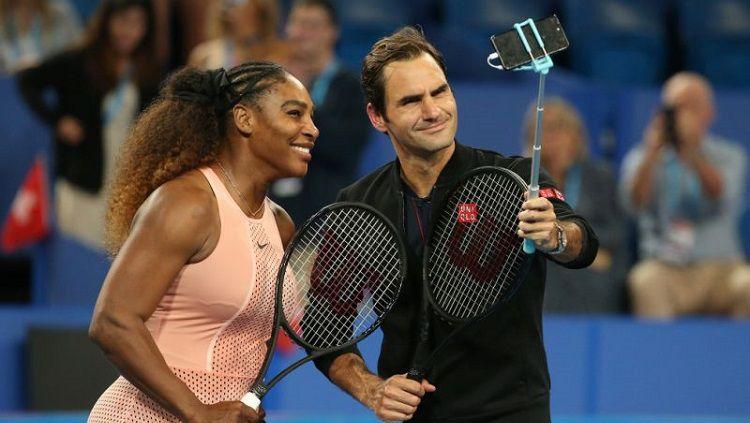 Serena Williams dan Roger Federer mengambil foto bersama usai pertandingan Piala Hopman. Copyright: © Yahoo