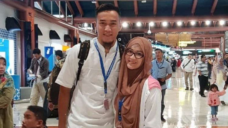 Okie Agustina mengenang perjalanan cintanya dengan pemain Bali United, Gunawan Dwi Cahyo. Bahtera rumah tangga mereka kini sudah memasuki tahun kedelapan. Copyright: © Instagram@gunawandwicahyo13
