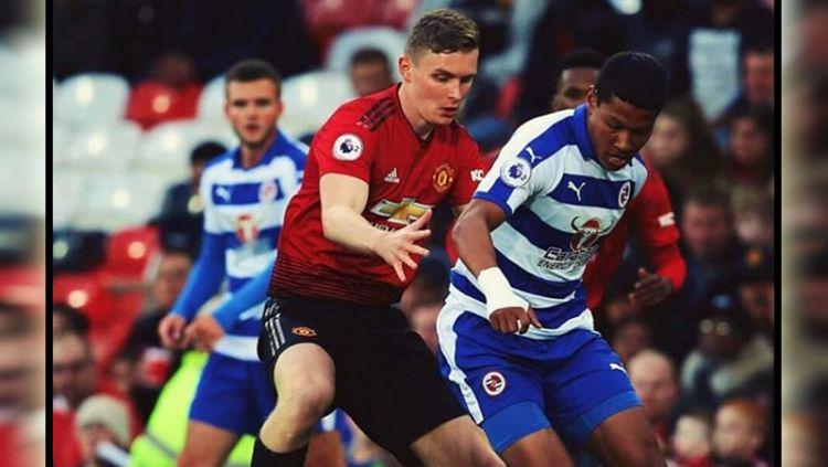 Pemain muda Reading FC, Darren Sidoel, saat tampil menghadapi Manchester United U-23. Copyright: © Instagram@darren.sidoel