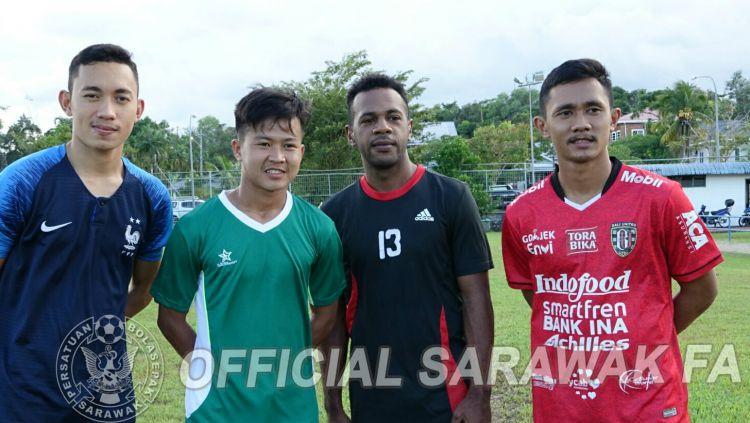 Rian Firmansyah (dua dari kiri) saat mengikuti seleksi pemain Sarawak FA. Copyright: © facebook.com/OfficialSarawakFA