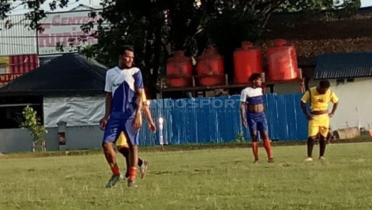 Eks Arema FC, Israel Wamiau saat berlaga bersama klub lokal di Jayapura dalam Turnamen Piala Danlantamal X. Copyright: © djarwo bigreds/indosport.com