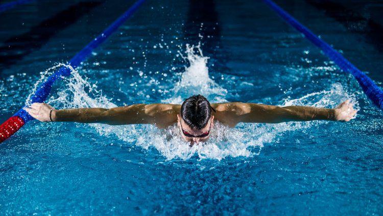 Pria sedang berenang Copyright: © Unsplash