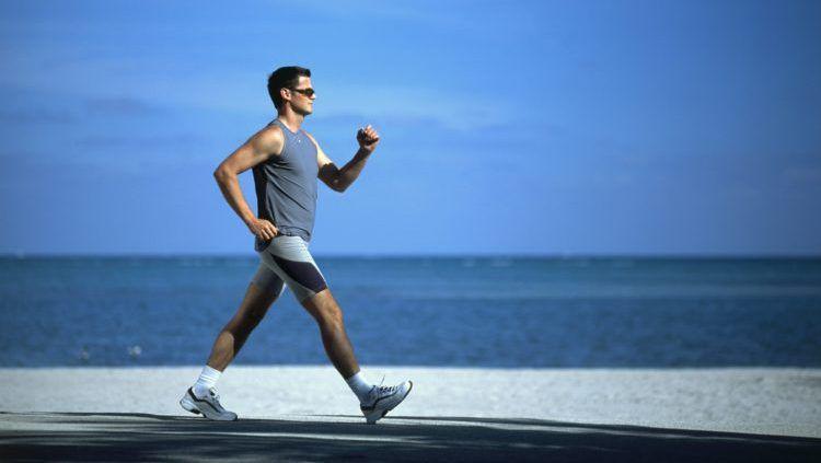 Pria tengah melakukan olahraga jalan cepat Copyright: © Gee Long Medical Group