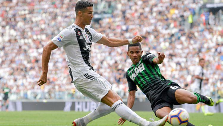 Rogerio (kanan) saat mencoba menjegal Cristiano Ronaldo. Copyright: © INDOSPORT