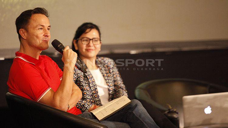 Jumpa pers acara Garuda Select Elite Pro Academy yang dihadiri Ratu Tisha dan legenda Chelsea, Dennis Wise. Copyright: © Herry Ibrahim/INDOSPORT